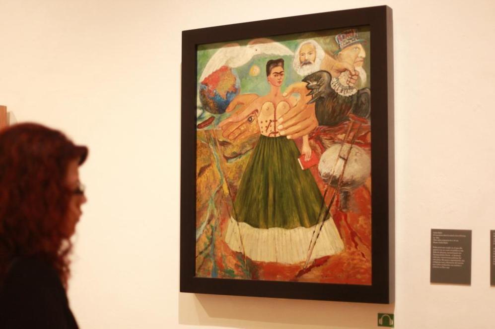 Una mujer observa la obra 'El marxismo dará la salud a los enfermos'...