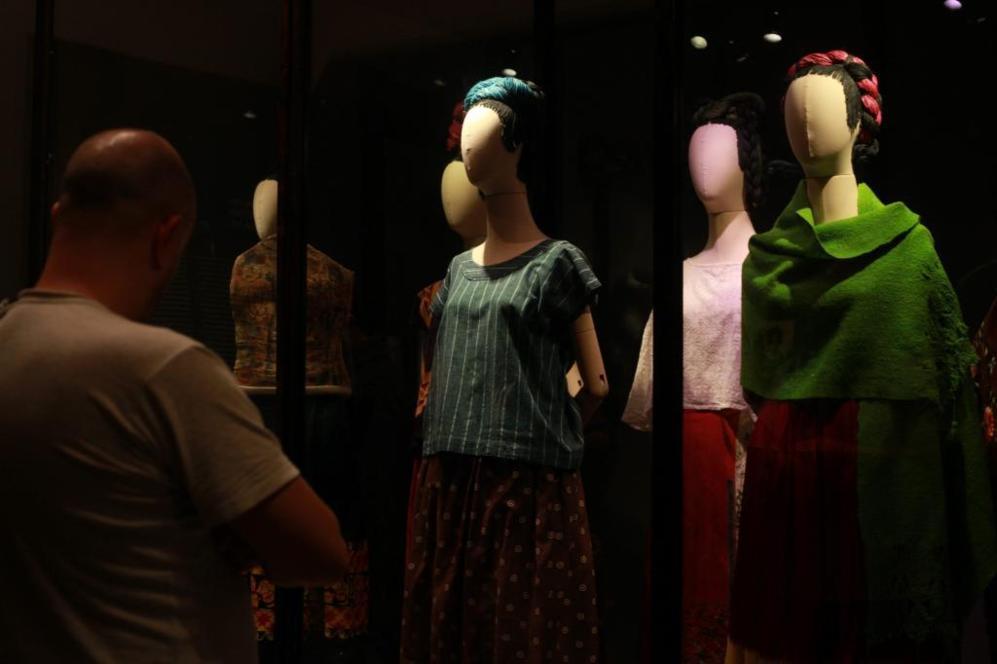 Un hombre observa los vestidos que pertenecieron en vida a la pintora...