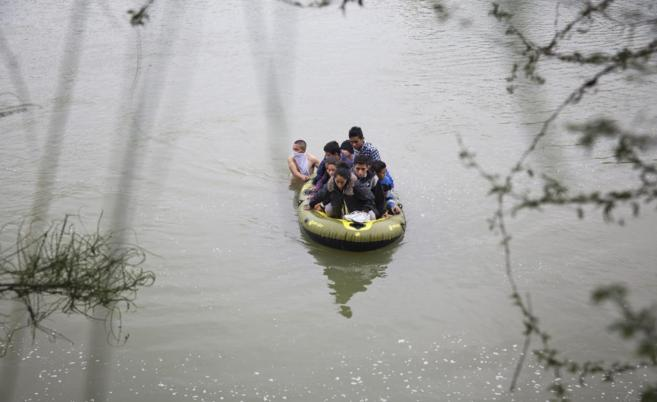 Dos guías conducen una lancha con inmigrantes de Honduras y Guatemala...