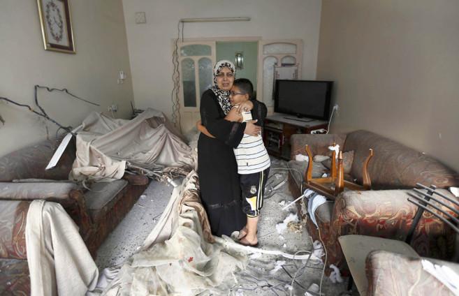 Una mujer palestina abraza a su hijo en su casa semidestruida  tras un...