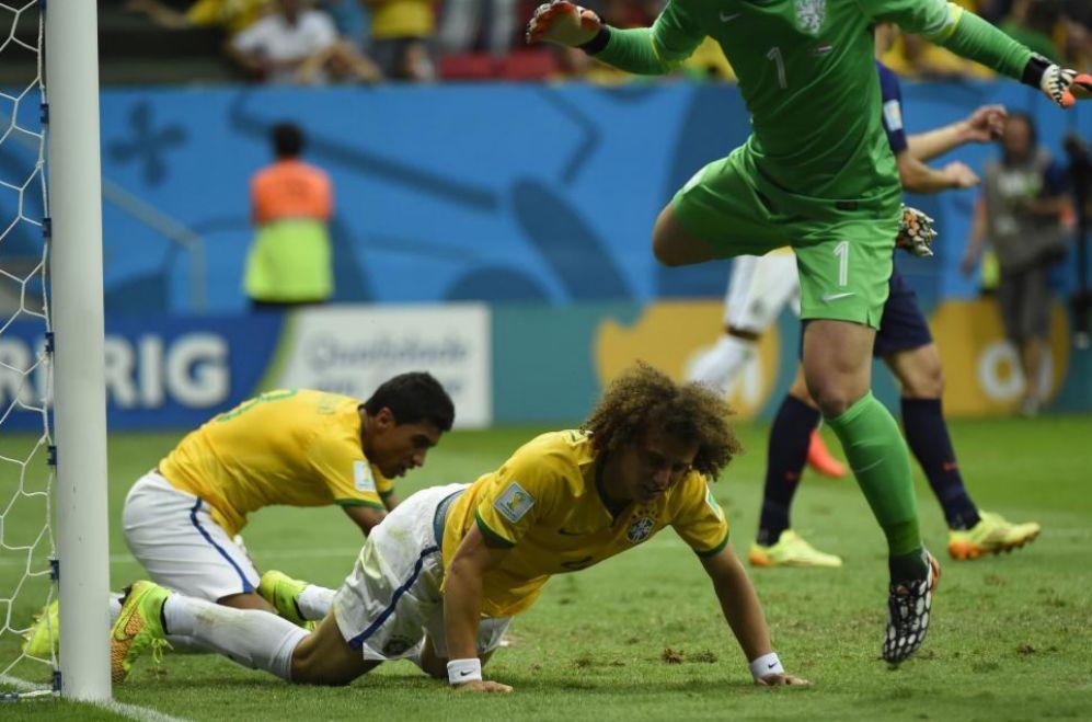 David Luiz, en el suelo tras un ataque fallido de Brasil.