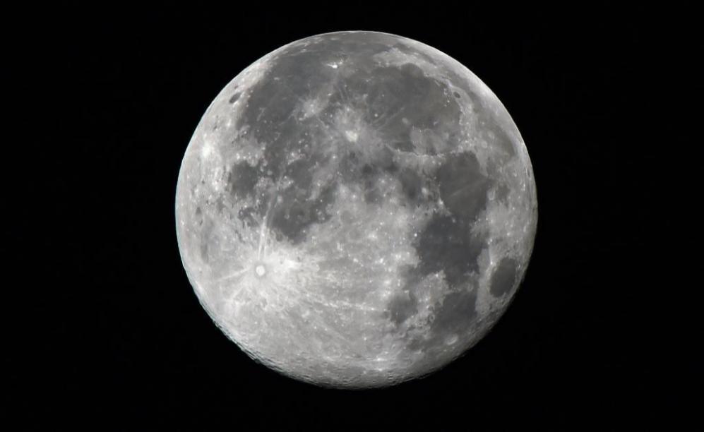 El satélite se veía un 14% más grande y un 30% más brillante que...