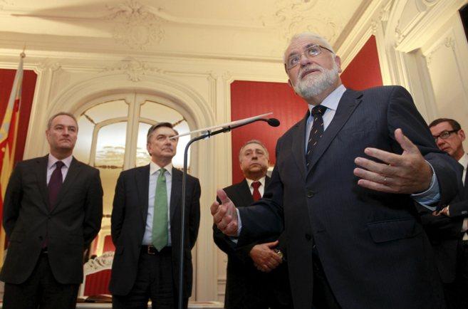 Juan Cotino interviene en un acto, con el presidente Fabra al fondo,...