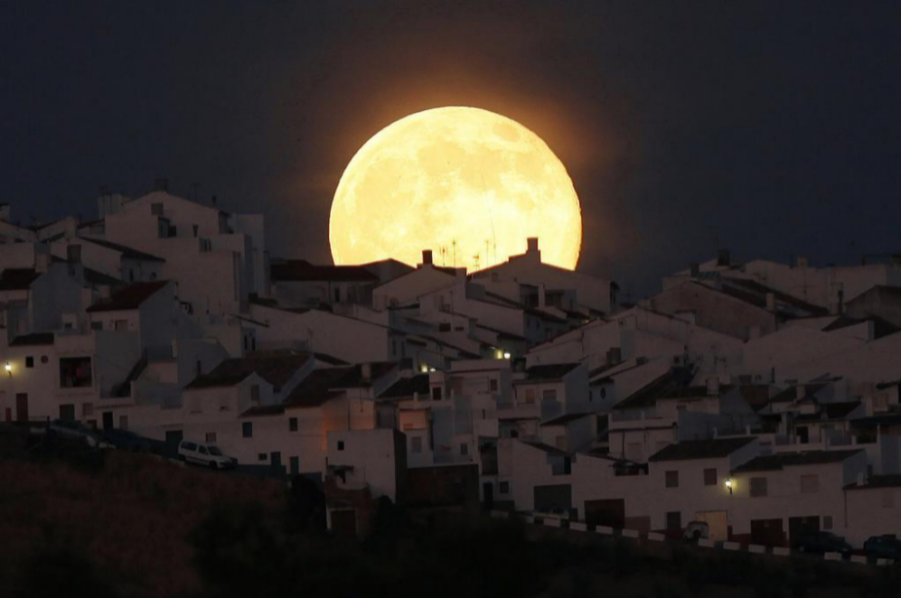 La 'Superluna' nos descubrió en Olvera, Cádiz, una de las imágenes...