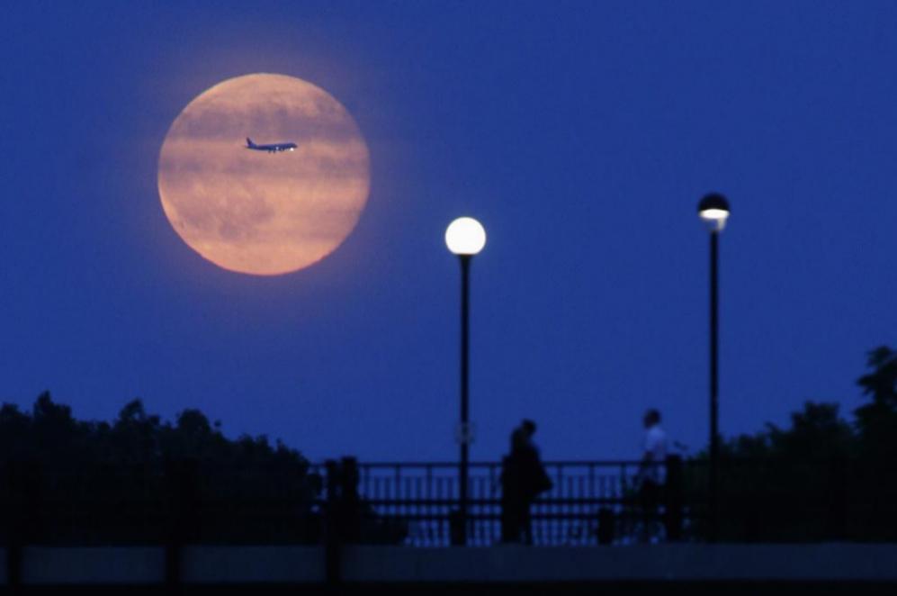 La 'Superluna' sobre el Canal Rideau de Ottawa