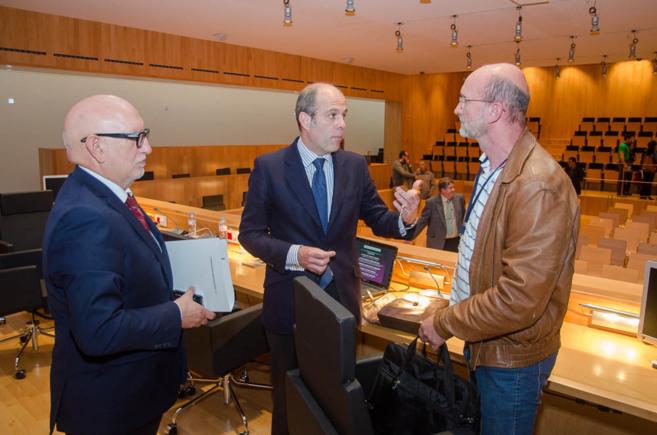 El director general Juan Ignacio Romero conversa con dos ponentes tras...