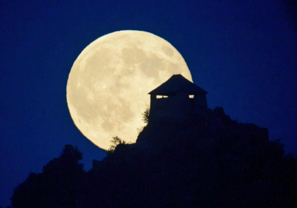 La 'Superluna' se convirtió en un bello fondo para el castillo de...