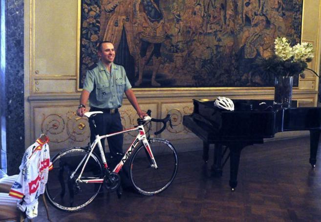 Agustín Pena posa orgulloso con su bicicleta.