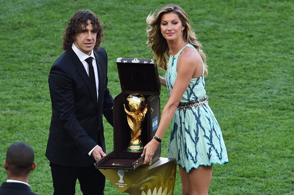 La última Batalla Del Mundial Carles Puyol Entrega La Copa D Deportes Elmundo