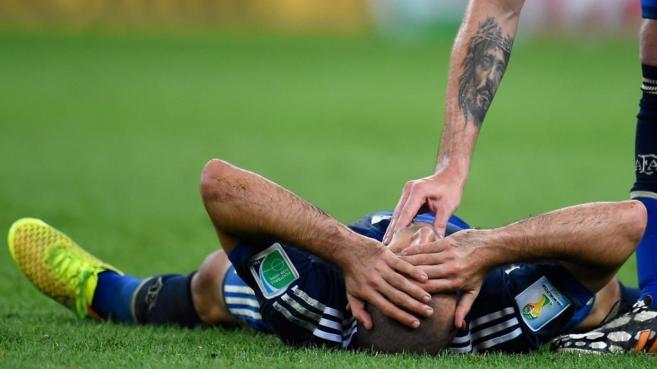 Javier Mascherano, en el suelo tras sufrir un golpe durante la final.