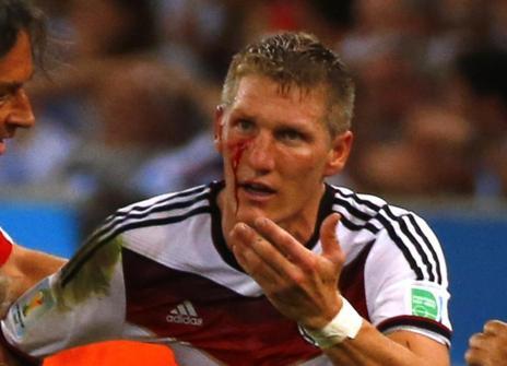 Schweinsteiger, con un corte en la cara tras un golpe de Agüero.