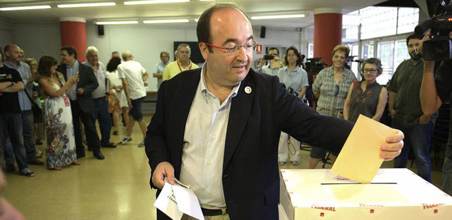 Miquel Iceta en el momento de su votación este domingo