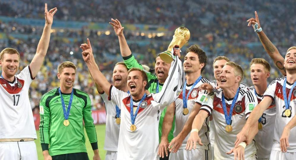 Götze levanta la Copa con los jugadores de la selección alemana tras...