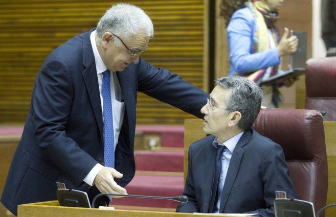 El presidente de las Cortes, Juan Cotino, habla con el portavoz del...