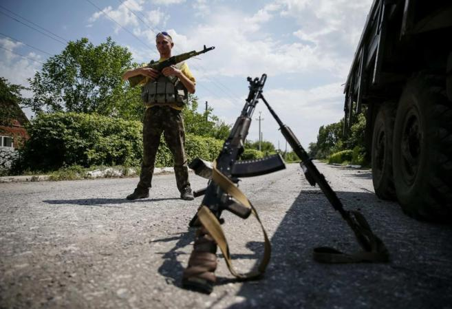 Un soldado ucraniano monta guardia en Seversk, al este de Ucrania.