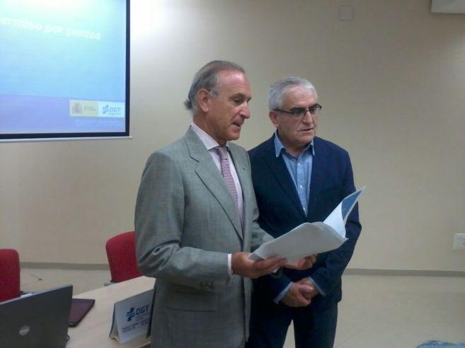 Adolfo Peñaranda, director de Tráfico de Bizkaia, (d), con el...