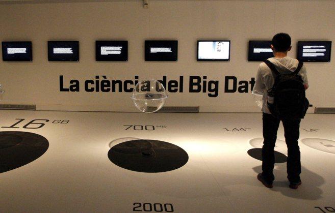 Un joven en una exposición sobre las posibilidades sobre 'Big...