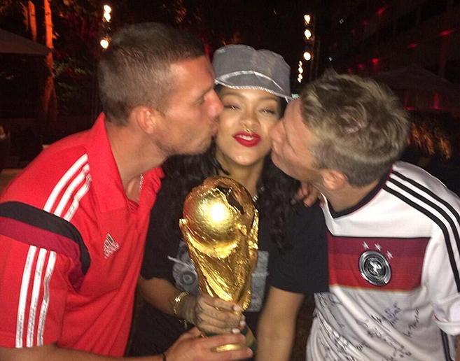 Rihanna, entre Podolski (izq.) y Schweinsteiger.