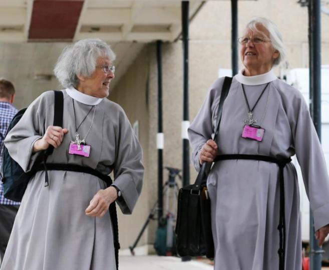 Mujeres miembros del clérigo llegan al sínodo de la Iglesia de...