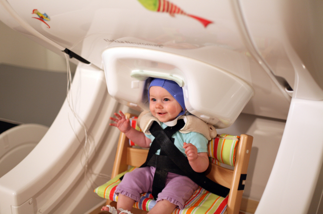 Uno de los niños estudiado, en el particular escáner cerebral...