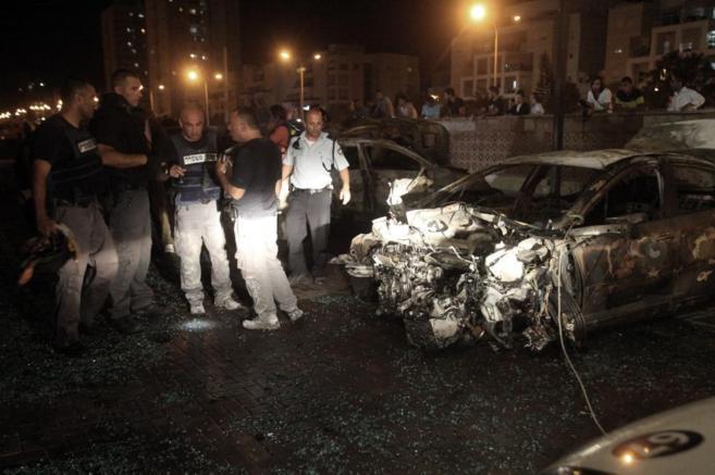 Técnicos de Israel inspeccionan un coche quemado en Gaza