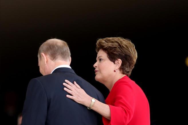 El presidente de Rusia, Vladimir Putin, y su homóloga brasileña,...