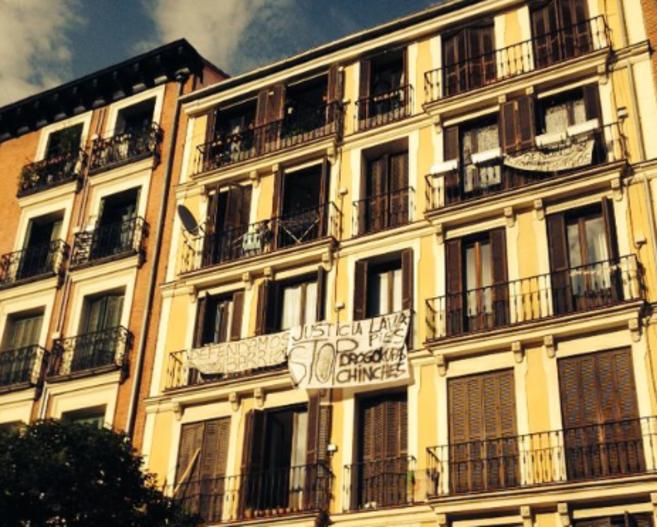 Una fachada de la plaza de Lavapiés con pancartas contra el...