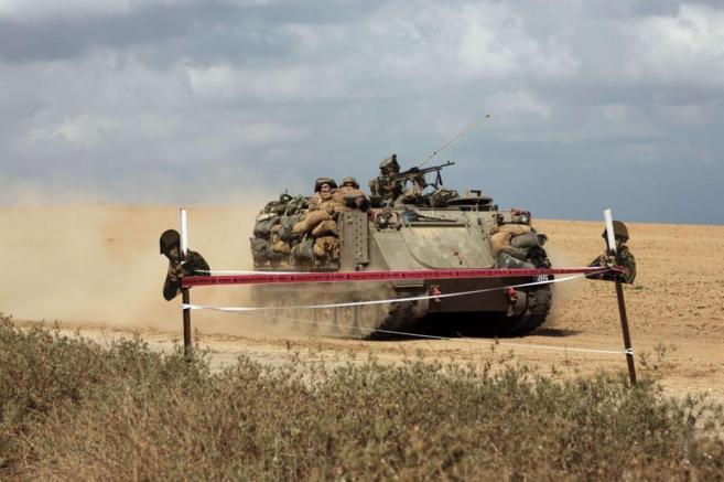 Un carro de combate avanza cerca de la frontera israelí con la Franja...