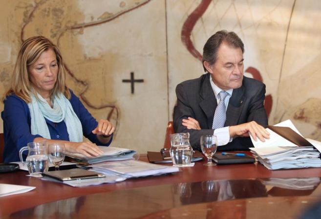 La vicepresidenta del gobierno catalán, Joana Ortega, y el president...