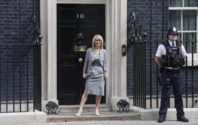 La ministra de Empleo, Esther McVey sale del número diez de Downing...