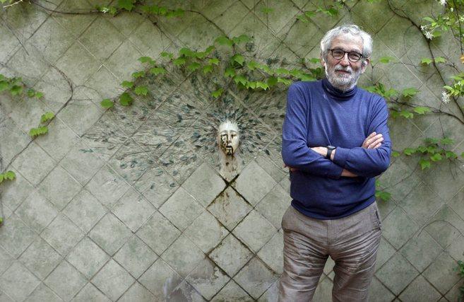 El arquitecto Oscar Tusquets en el jardín de su casa.