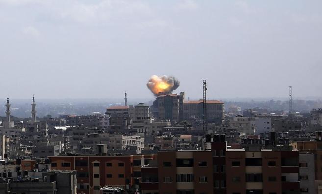Una columna de humo se desprende de un bombardeo de Israel en Gaza.