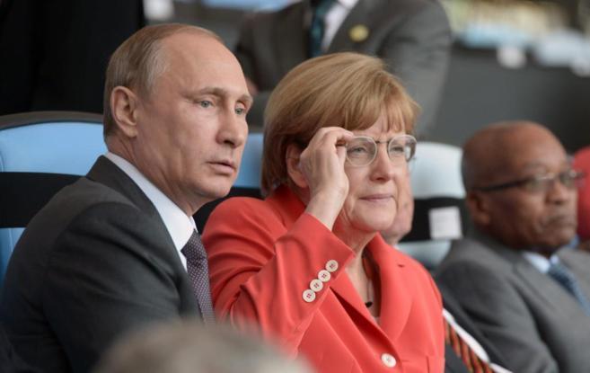 El presidente ruso, Vladimir Putin, y la canciller alemana, Angela...