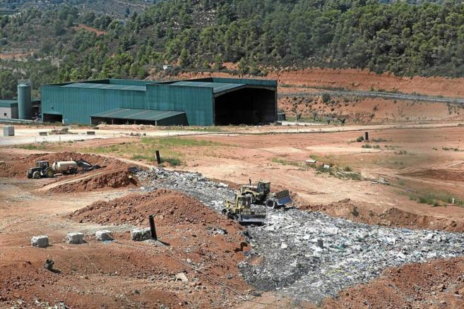 Vertedero de Tivisa, situado en Tarragona, con las máquinas y los...