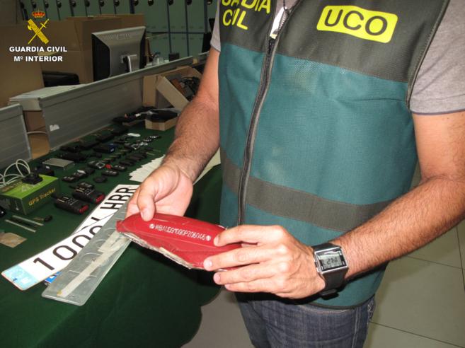 Un agente de la Guardia Civil muestra parte del material encautado en...