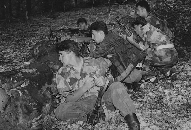 Serbobosnios, atrincherados cerca de Sbrenica durante la guerra.
