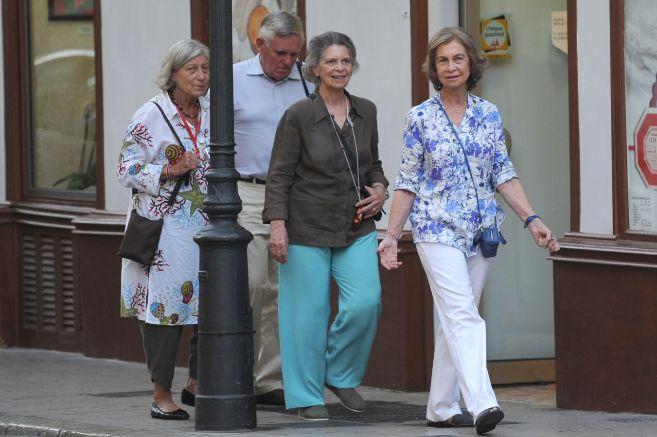 La Reina Sofía y su hermana Irene (en el centro), paseando por las...