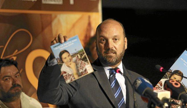 El teniente alcalde de Triana mostrando la imagen de Gracia de Triana