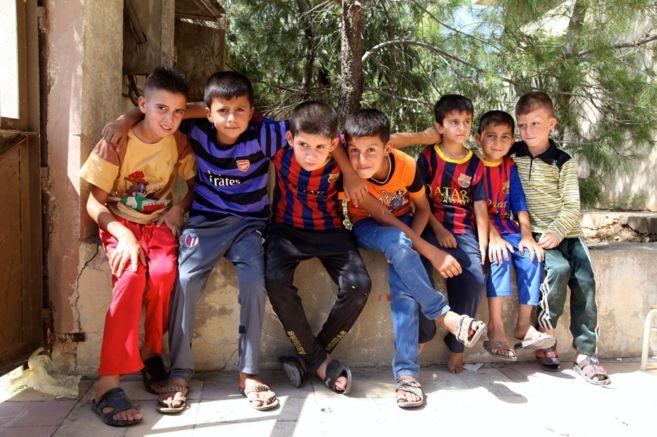 Niños chiíes refugiados en la ciudad iraquí de Al Qosh, a 45...