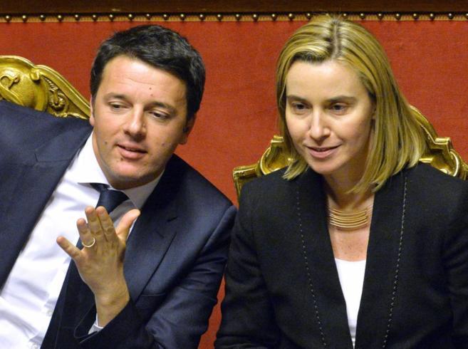 El primer ministro italiano, Matteo Reniz, junto a Federica Mogherini,...