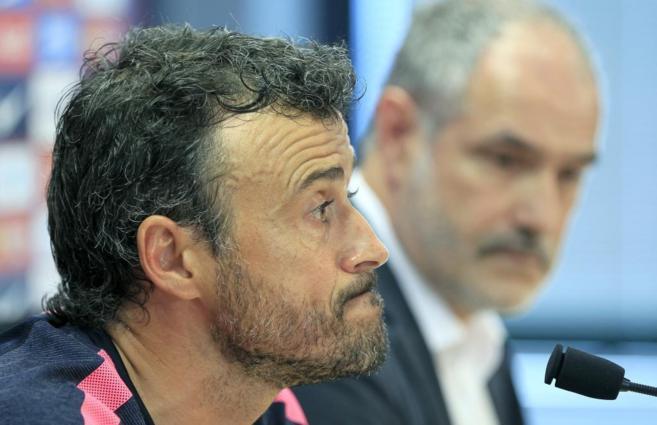 Luis Enrique, con Zubizarreta al fondo, durante su comparecencia de...