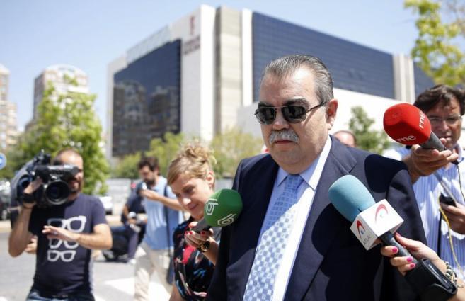 El expresidente del Valencia CF, Juan Soler a la salida del juzgado.
