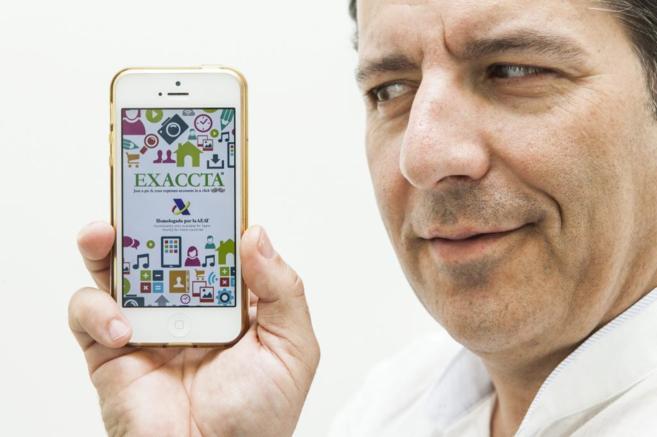 El CEO de Le Moustache Club, Carlos Tapiador, con la aplicación...