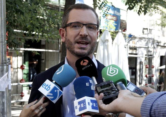 El alcalde de Vitoria, Javier Maroto, atiende ayer a los medios.