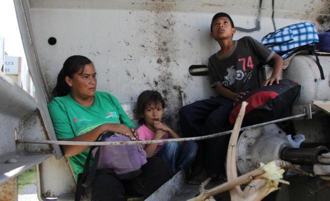Una familia está sentada en el tren 'La Bestia' en Chiapas...