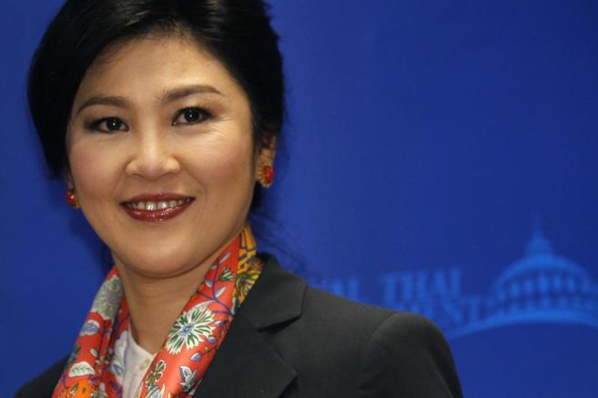 La primera ministra depuesta, Yingluck Shinawtra, sonríe durante una...