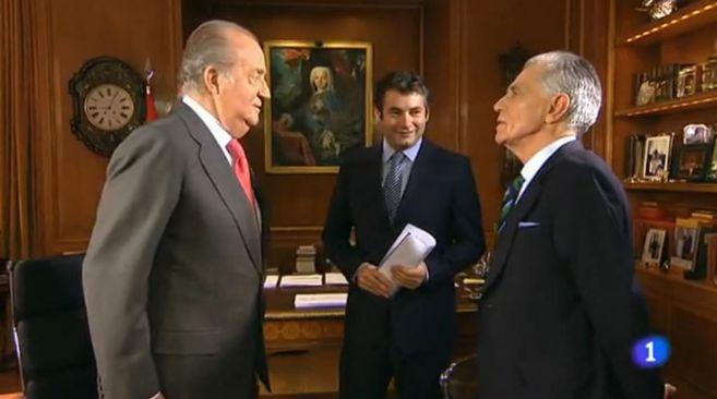 El Rey Juan Carlos, junto a Jesús Hermida y Julio Somoano, director...