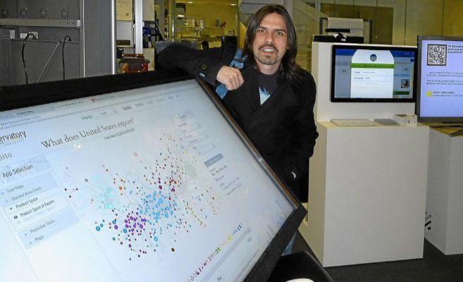El investigador chileno César A. Hidalgo, en el Edificio Wiesner del...