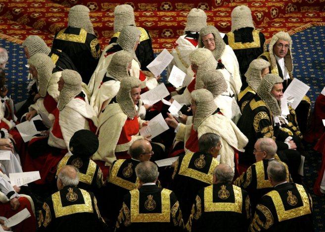 Miembros de la Cámara de los Lores, en la ceremonia de apertura del...