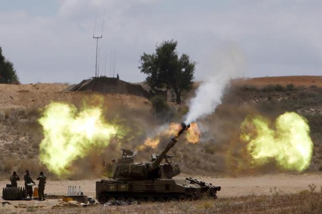 Disparos de la artillería israelí hacía la Franja de Gaza el 18 de...